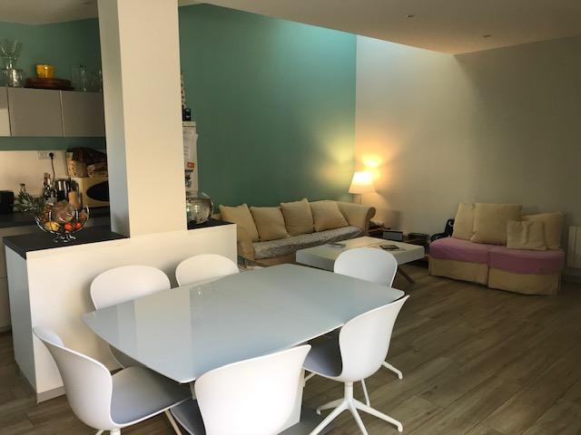 Salle a vivre avec sofa jaune et table design blanche Toits et Moi