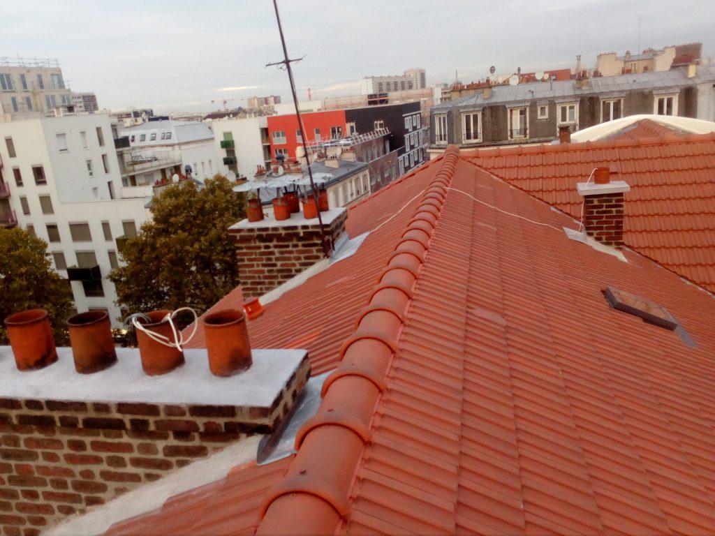 Photo prise en hauteur d'un toit avec tuiles mécanique rouge de toits et moi
