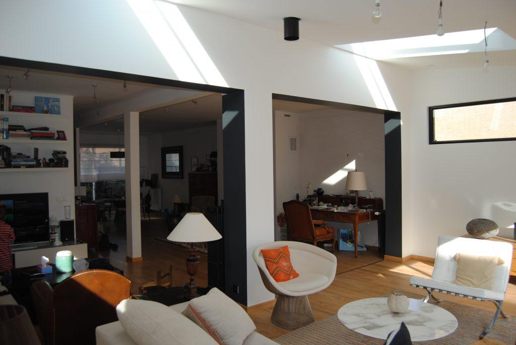 Salle a vivre design avec plusieurs abat-jours et chaises blanches