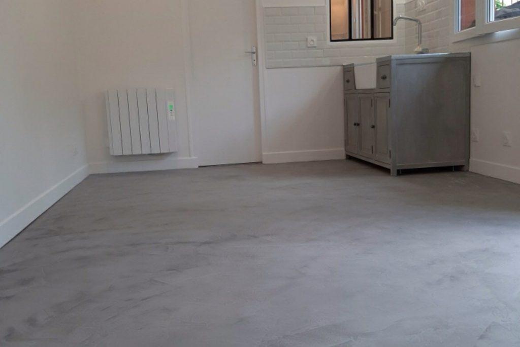 Salle d'eau minimaliste avec radiateur, espace lavabo et miroir