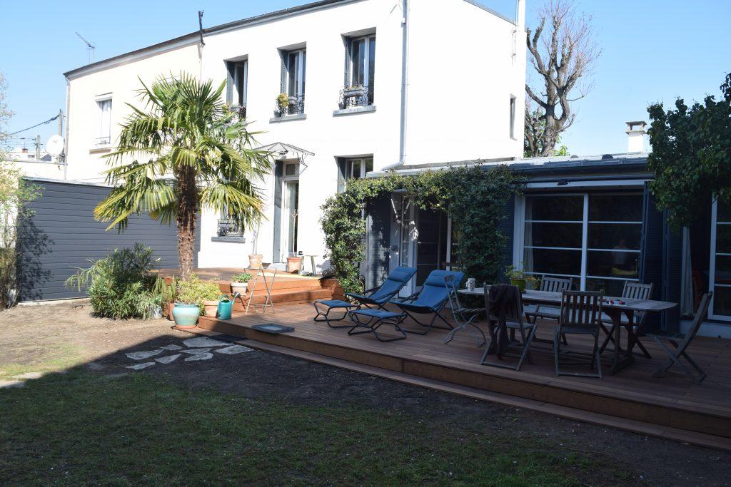 Terrasse en bois extérieur avec chaise pliable en bois Toits et Moi