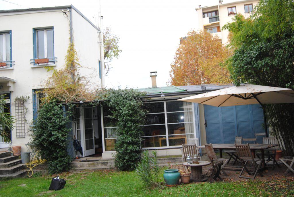 Jardin au herbes hautes et espace détente avec chaise pliable abîmées