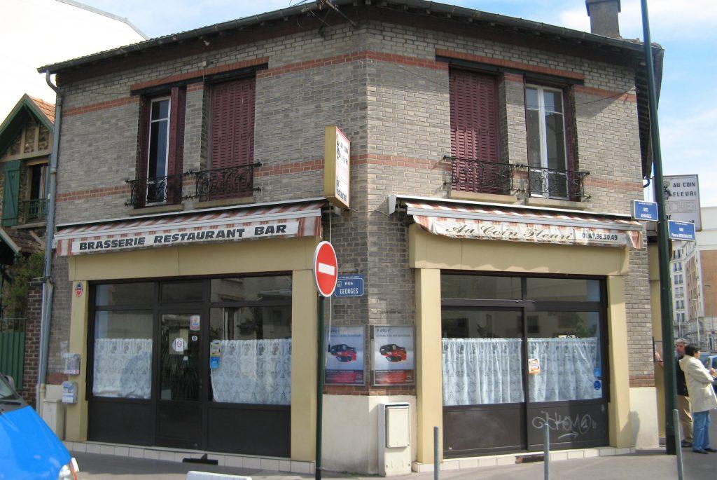 Brasserie Restaurant Bar avec un étage et volets rouge