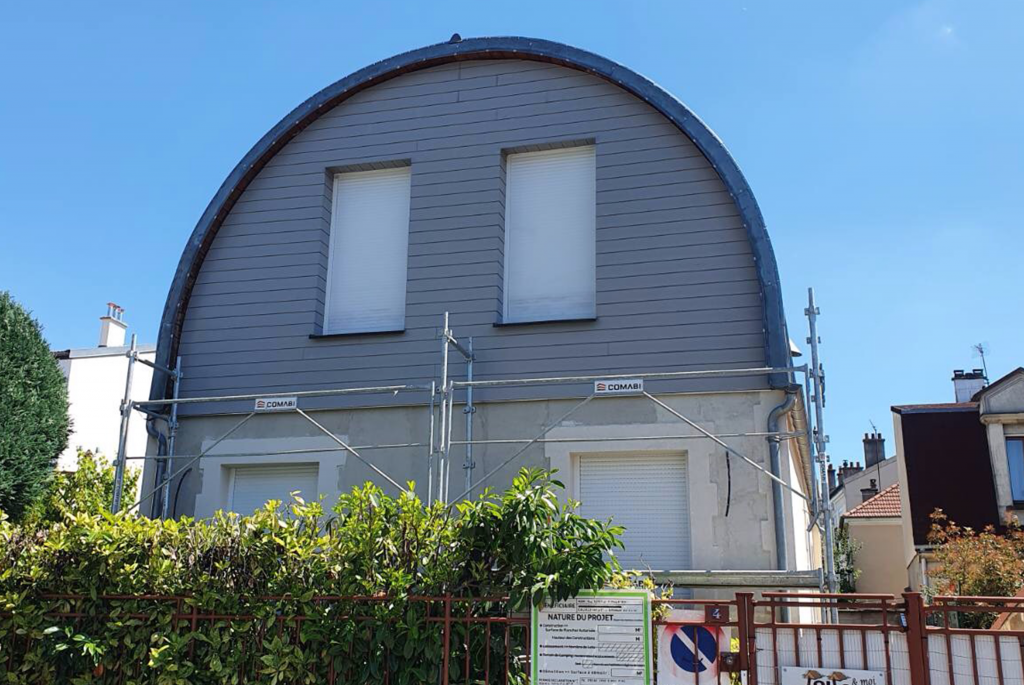 Façade de bâtiment avec toiture ovale de couleur bleu gris