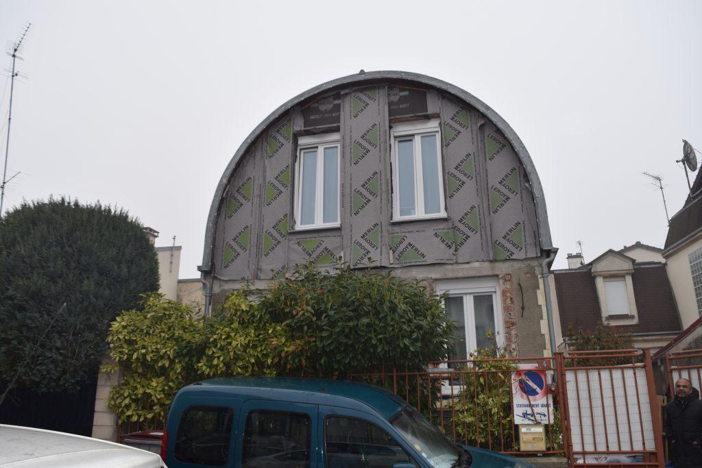 Façade de bâtiment avec toiture ovale en renovation