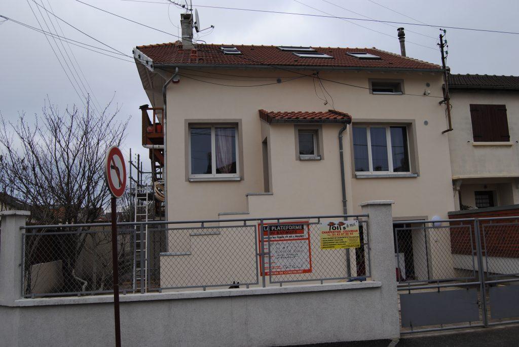Grande maison avec tuiles abimées