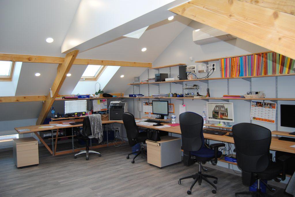 Espace bureau ouvert avec déco de poutre apparente et table de bureau assorti