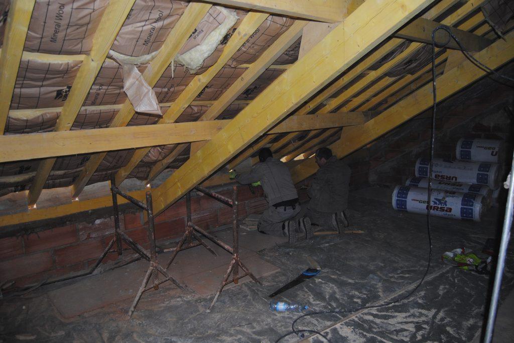 Travail d'isolation de toiture pars deux agents Toits et Moi