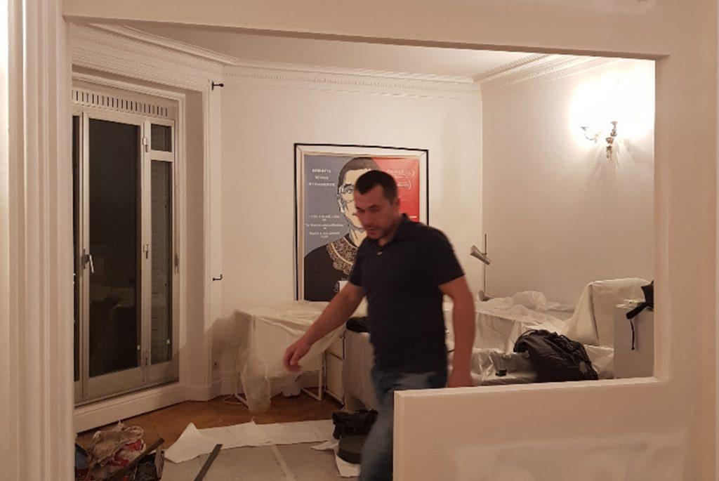 Agent s'attelant a une rénovation de bureau