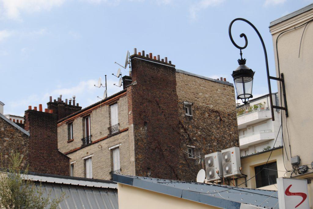 Bâtisse style ancien avec une façade abîmée dans une région urbaine