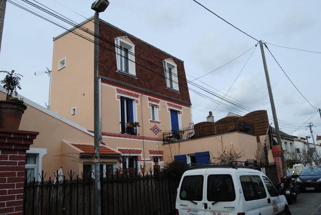 Bâtisse de style avec carrelage décoratif en façade