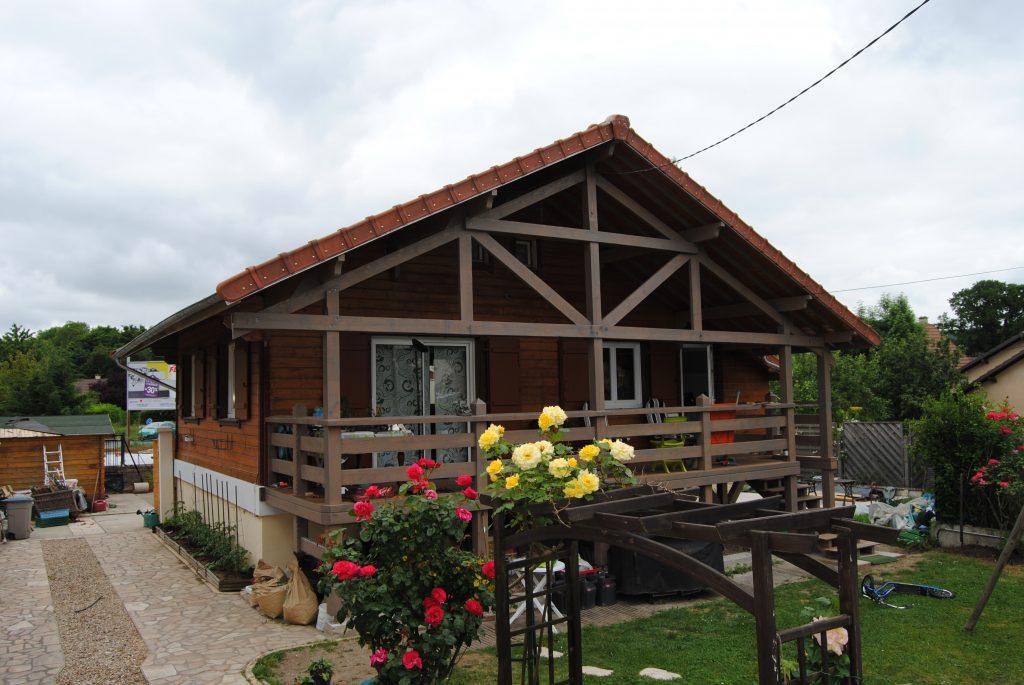 Maison en bois avec terrasse ouverte en bois et gouttière assorti Toits et Moi