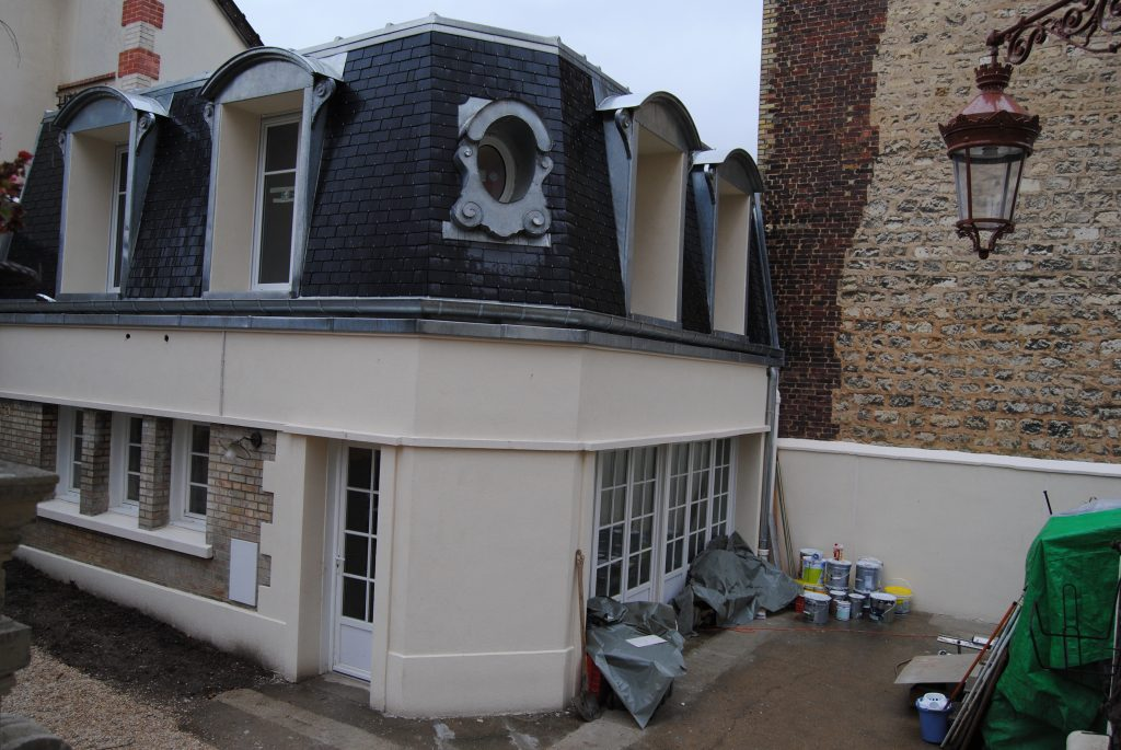 Photo d'une maison a Colombes a deux étages avec tuiles noir et matériel de peinture Toits et Moi
