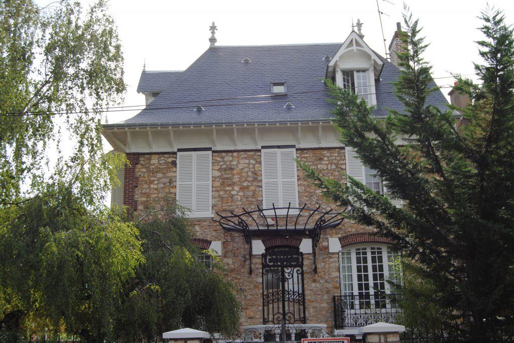 Maison de Saint Gratien avec nouvelle toiture en tuiles noir Toits et Moi