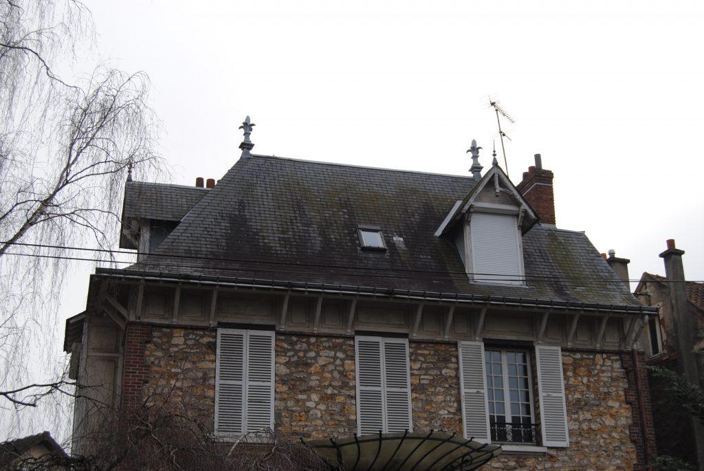 Maison de Saint Gratien avec toiture abîmé en tuiles noir